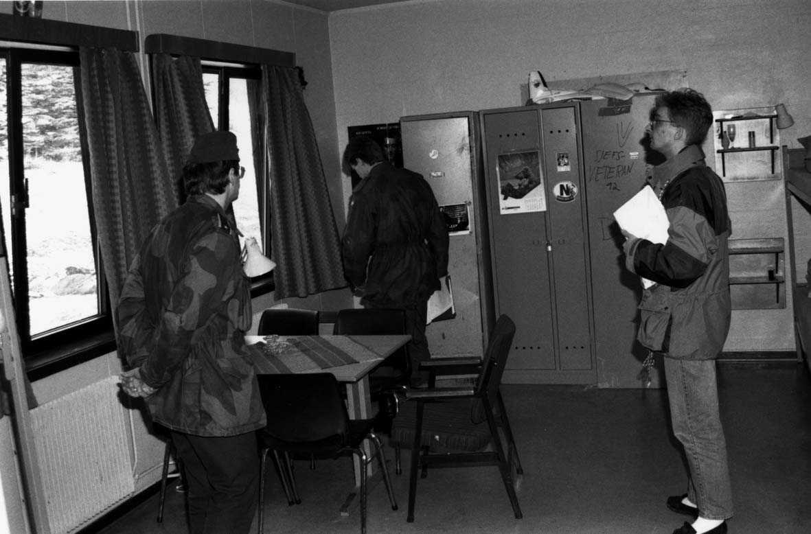 Gruppe.  Inspeksjon av forlegningsrom mannskapskaserne,  tre personer to i uniform en sivil.