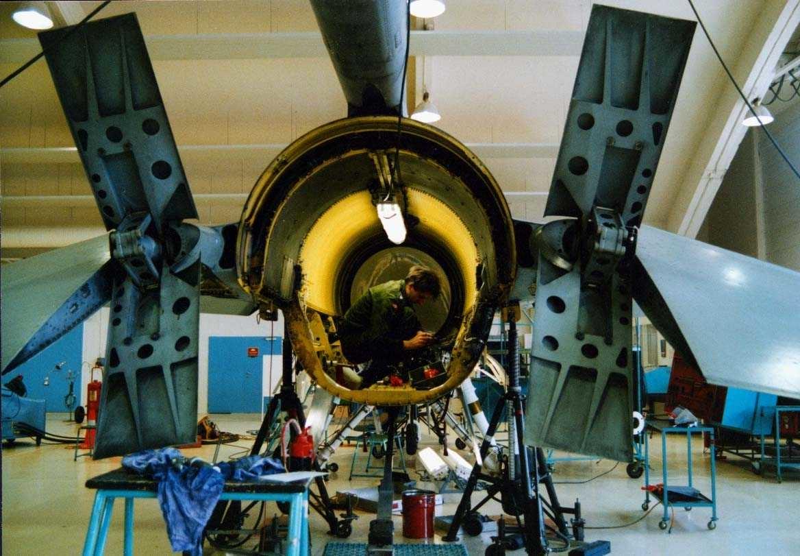 Lufthavn-flyplass.   Ettersyn F-16 Flytekn. skv hangar A.