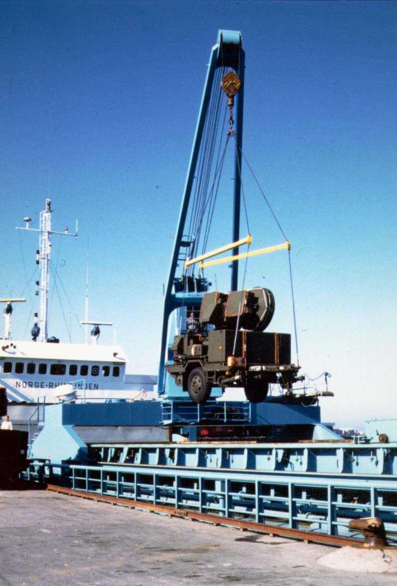 Bodø havn.  Militært utstyr losses fra båt.
