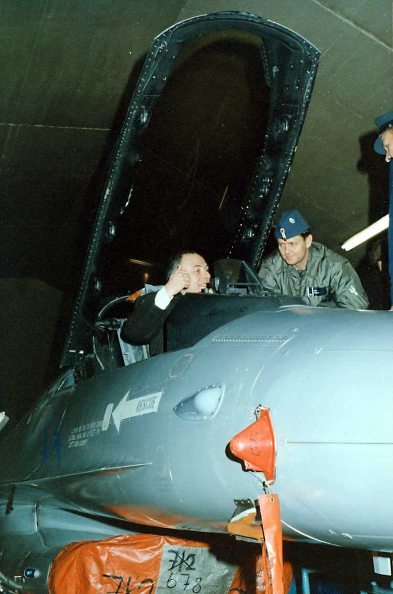 Besøk.  Russiske utenriksminister sitter i cockpit  på  F-16.