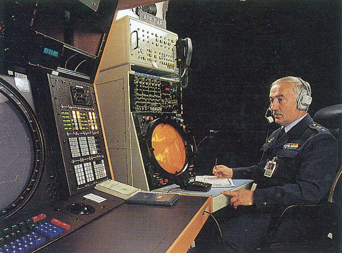 Portrett. En person ved  en radarskjerm.