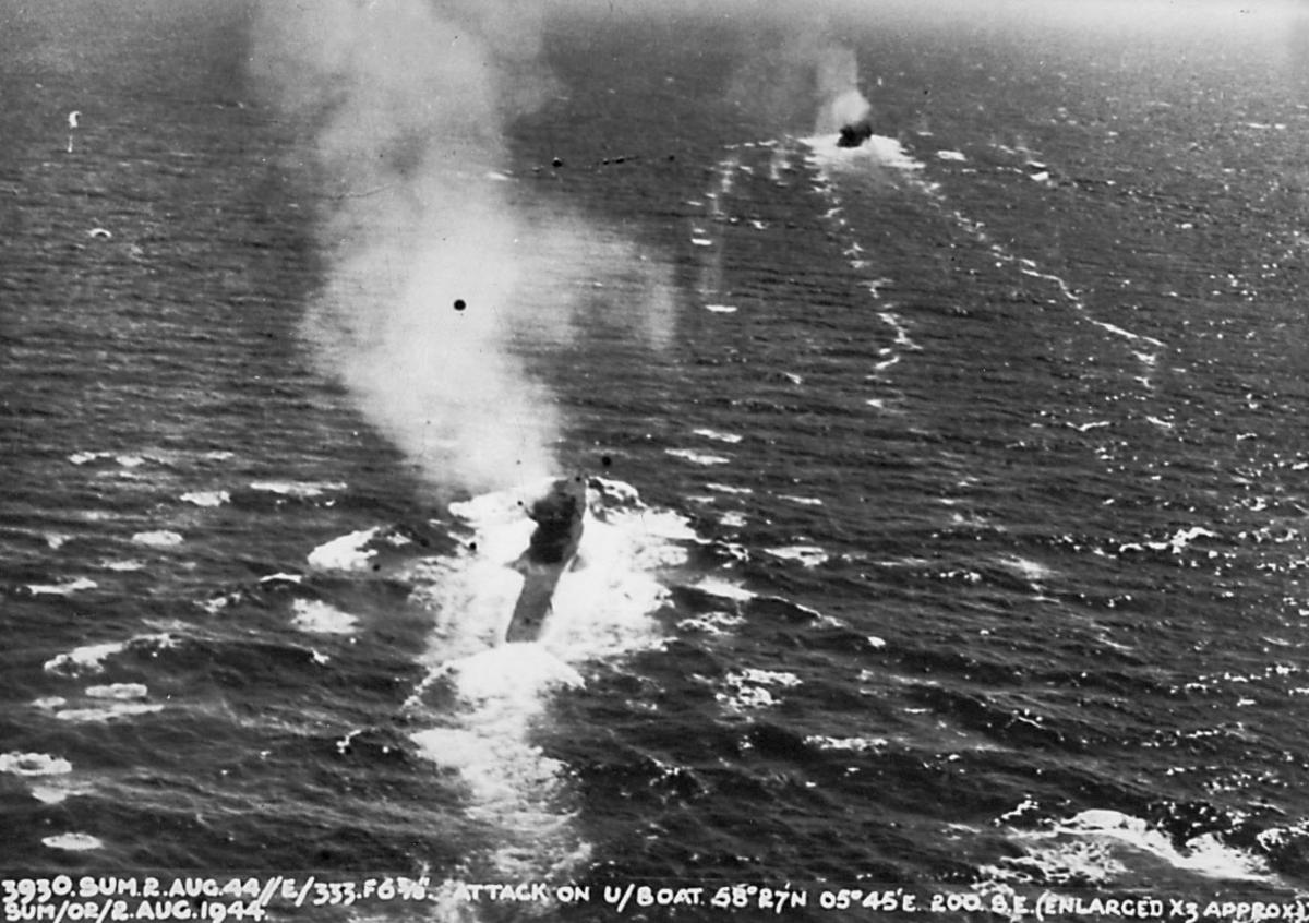 Krigshandlinger, militært angrep. 2 ubåter i oveflatestilling. Røyk fra begge fartøyene stiger til værs.