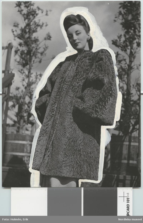 """Nordiska Kompaniet. Kvinna i brun amerikansk Breiitschwantzpäls med vida ärmar och breda axlar. Text på baksidan: """"Brun americ. Breitschwantz Amerikansk päls maj 1946"""""""