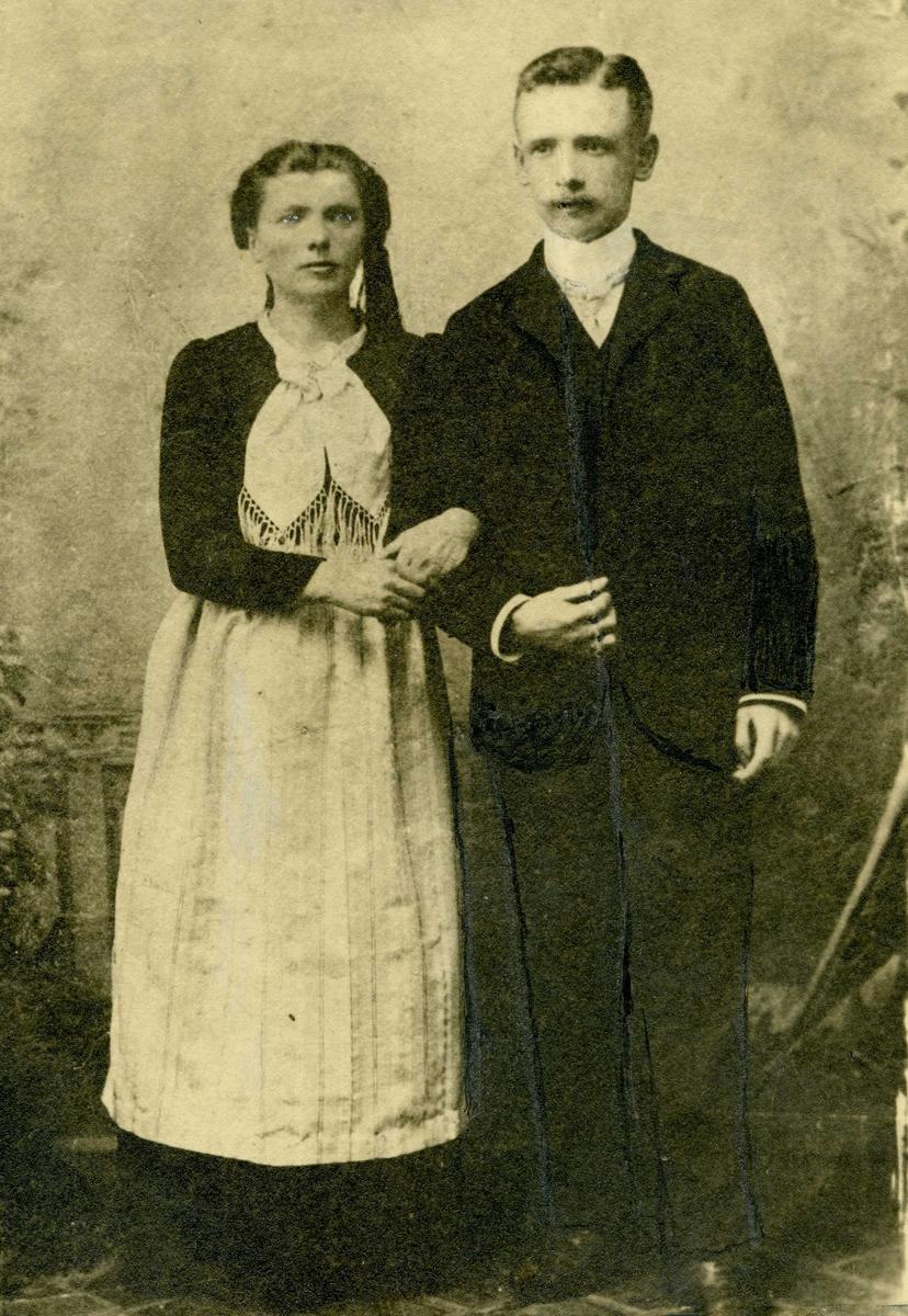Portrett - Barbermester Møller og kone. Einar f. 27/9 1883 i Kjøbenhavn - død 27/2 1938. Jonina f. 22/7 1880 på Island - død 30/11 1942.