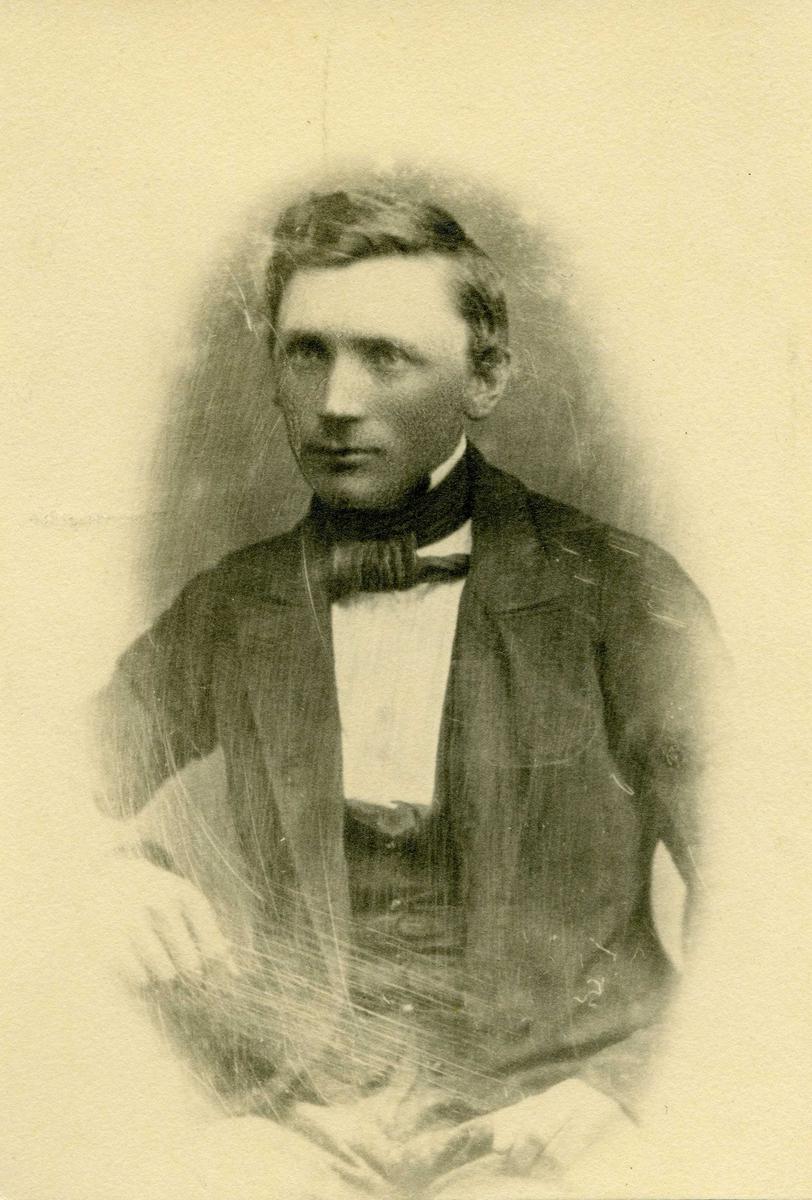 Portrett - Nylaget bilde av O.H. Olsen, Hasseløy.