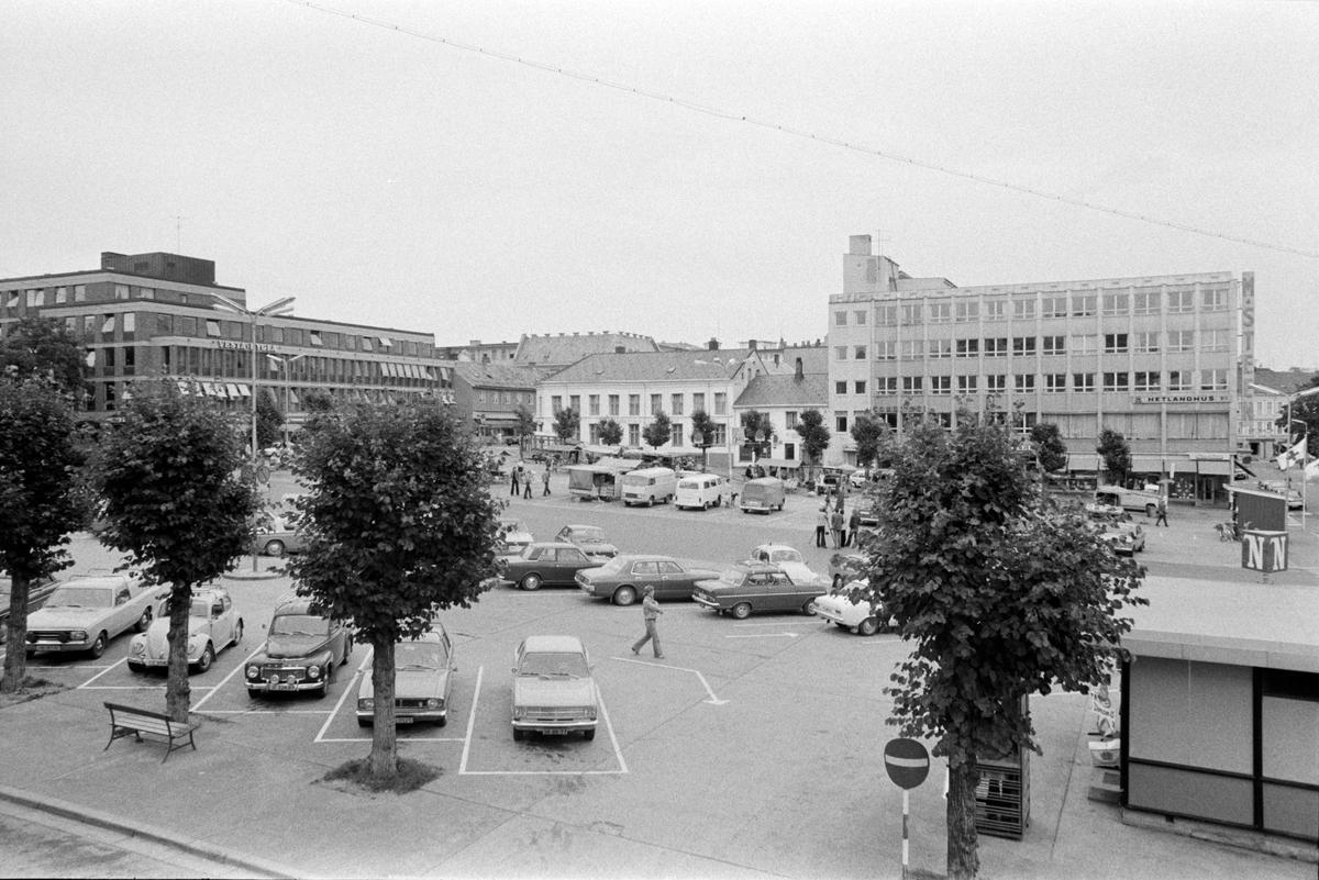 ÅSGÅRDEN i Hamar, UTSIKT OVER STORTORVET FRA EN LEILIGHET. Biler parkert på parkeringsplassen.