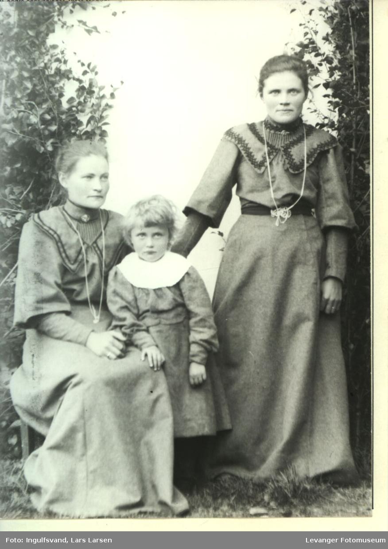 Gruppebilde av to kvinner og ei jente.