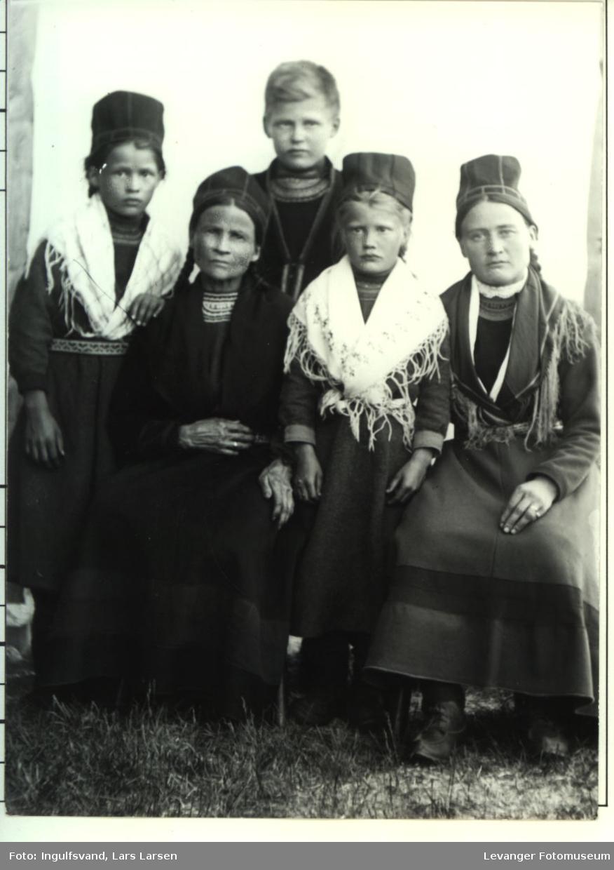 Gruppebilde av to kvinner og tre barn.