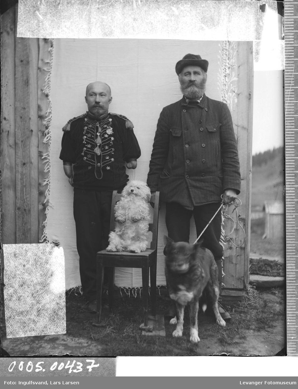 Portrett av to menn med to hunder.