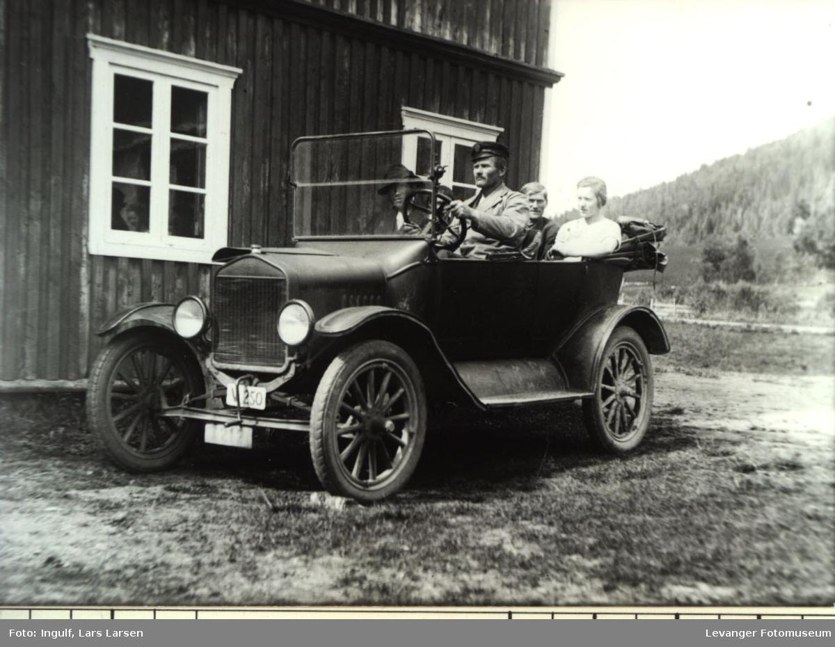 T Ford årsmodell 1920-22 med sjåfør og passasjerer,