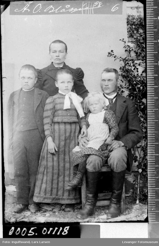Gruppebilde av en kvinne, en mann og tre barn.