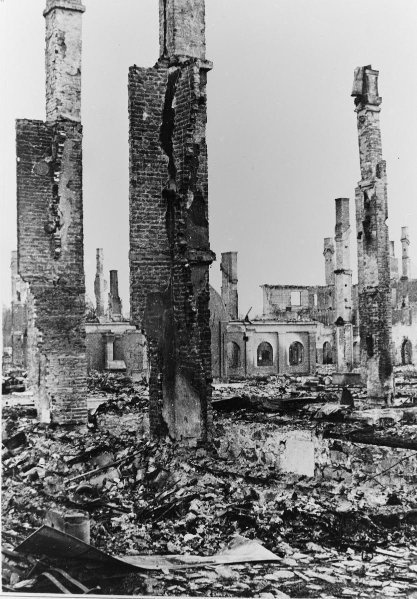 "Leiret i ruiner. Elverum 1940. (i albumet ""Norge i krig"" ved Preus museum, er bildet datert 14.-16. april)"