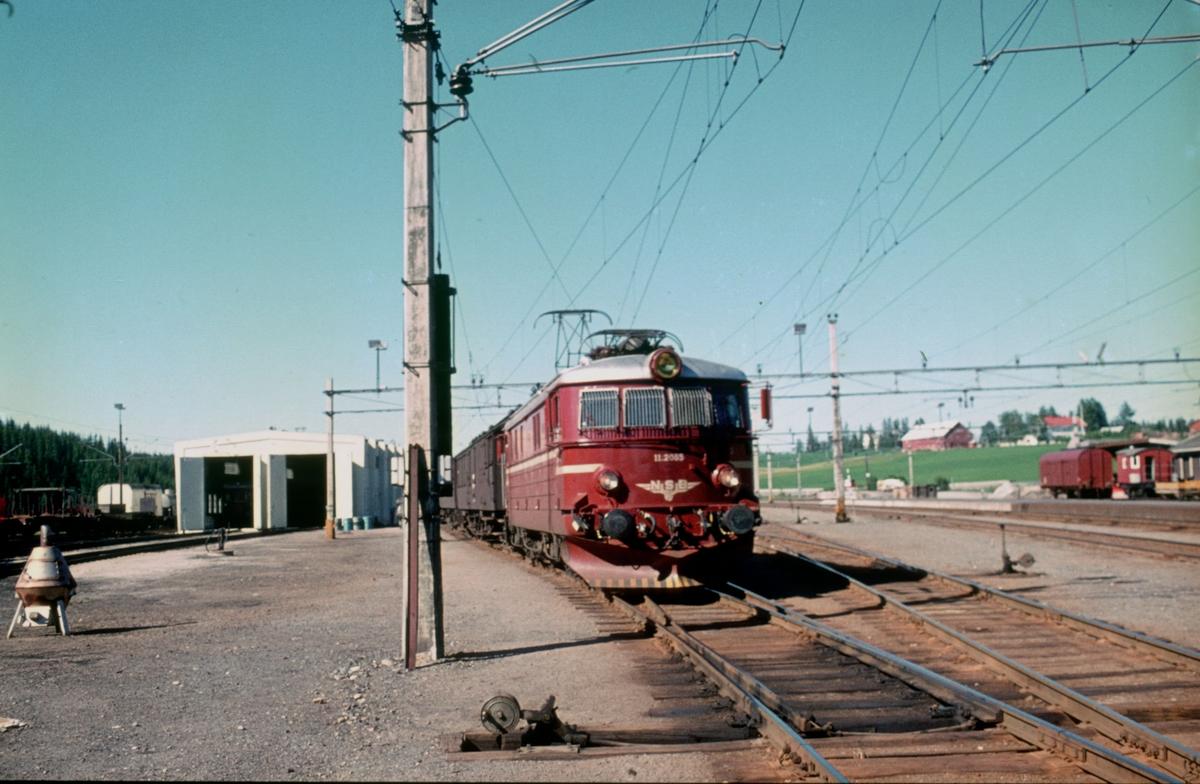 NSB elektrisk lokomotiv El 11 2085 skifter bort personvogner fra skoletoget på Eina stasjon.