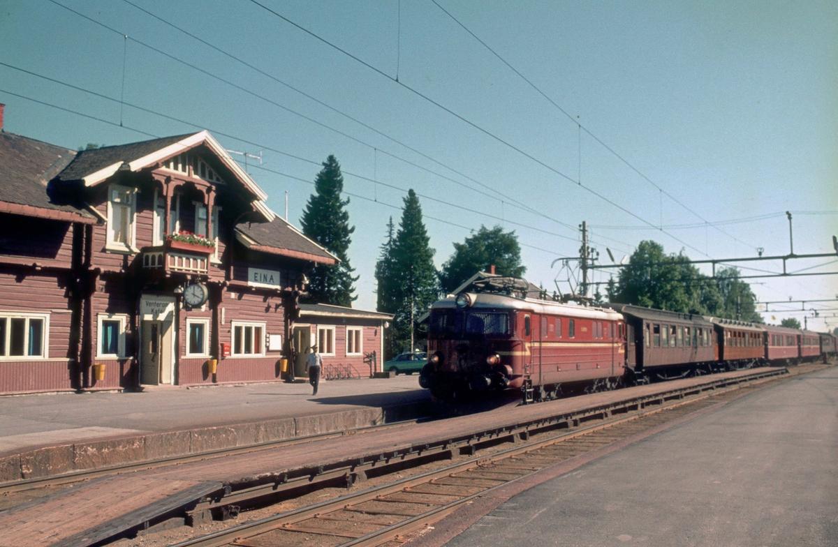 Persontog 207, Oslo Ø - Gjøvik, ankommer Eina stasjon.