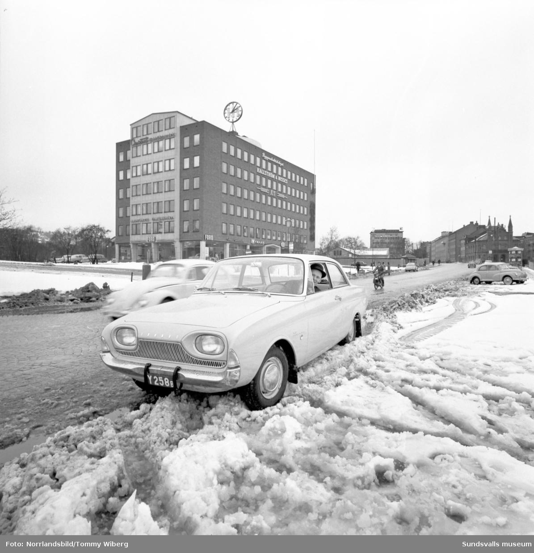 Jonnie Dahlström utanför bilhallen på Landsvägsallén i en ny Ford Taunus.