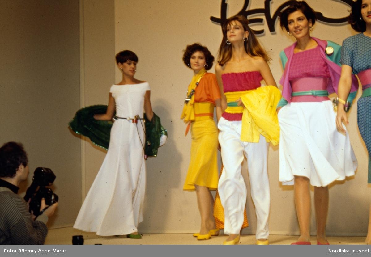 Modevisning. Vår/Sommar. Modeller i toppar, byxor, klänningar, jackor och kjolar i gult, vitt, rosa och grönt. Från Per Spook.