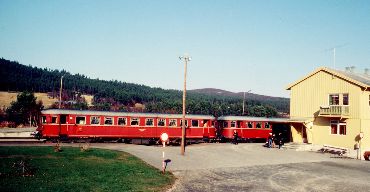 Persontog 372 Røros - Hamar med dieselmotorvogn BM 86L 24 på Os stasjon, Os i Østerdalen.