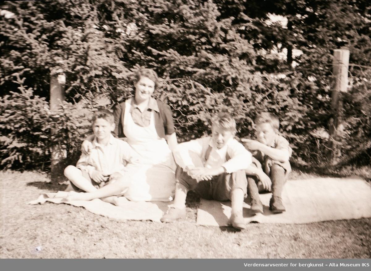 Arne, Tora, Per og Roar slapper av i solværet. Bildet er tatt på Jøraholmen i 1937.