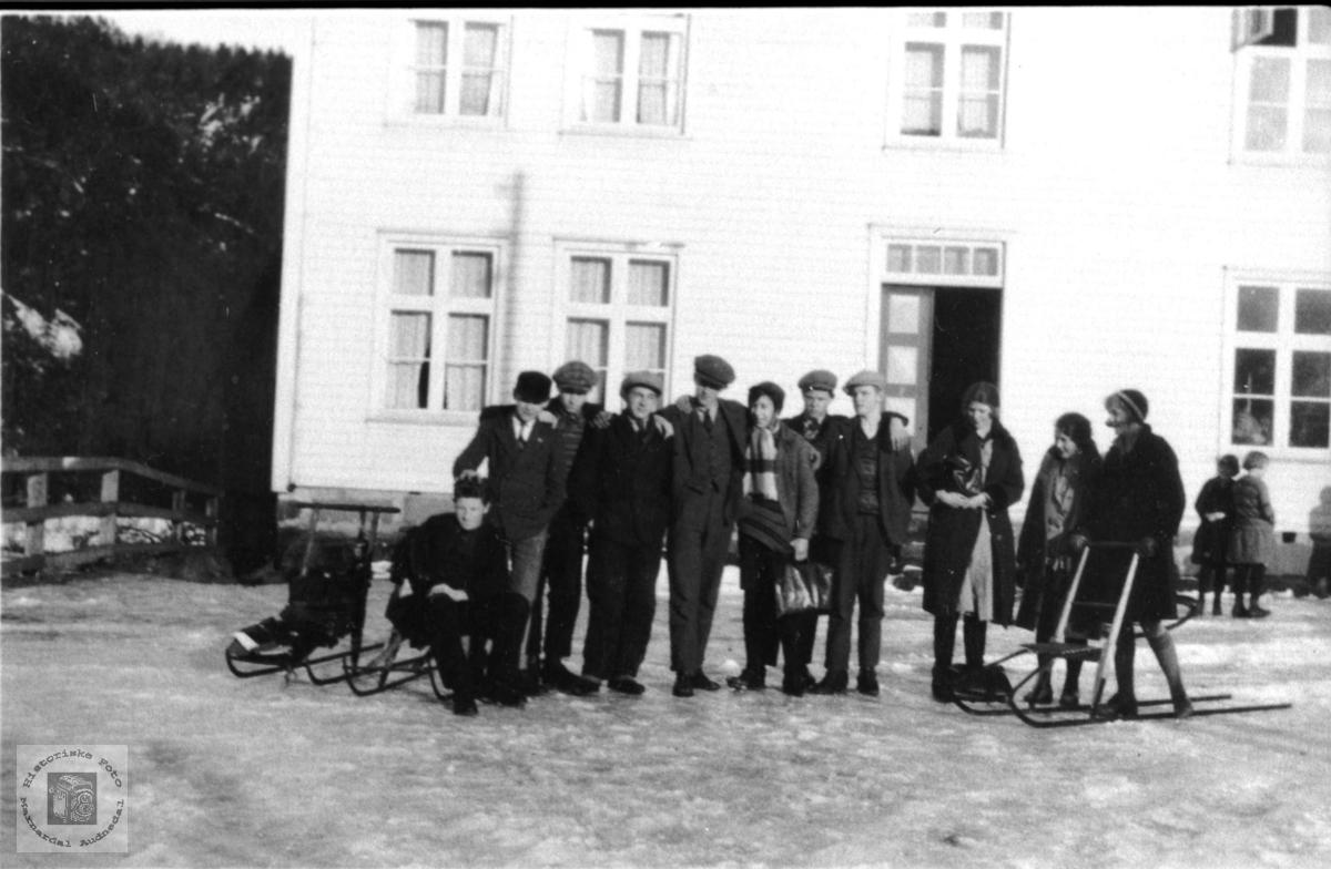 Elevflokk ved privat middelskole på Laudal.