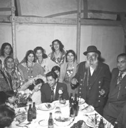 Bröllopsfest med mat, dryck och glada människor i Valknytt,