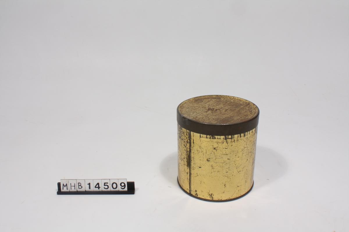 Sylinderformet kaffeboks med lokk samt papirpose med 750 gr. kaffebønner oppi.