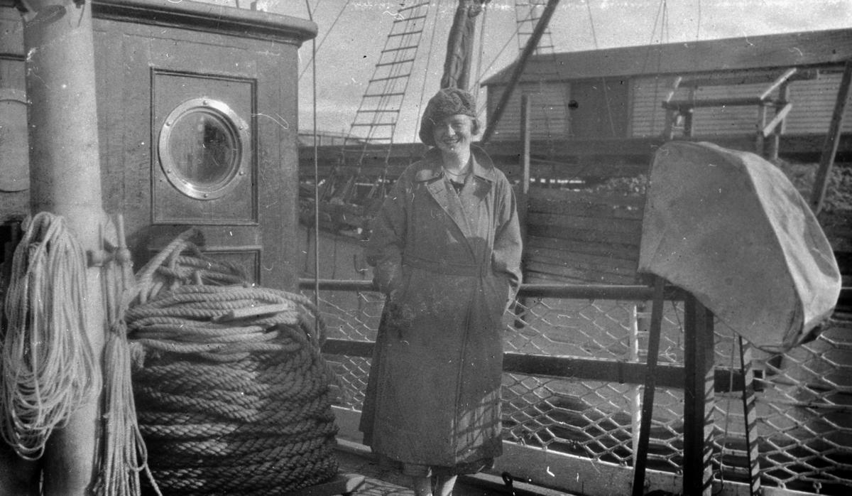 """Ingrid Hermensen fotografert om bord på oppmålingsfartøy """"Wilhelm Huth"""". På albumet står det """"De glade Huth-dager i 1925""""."""