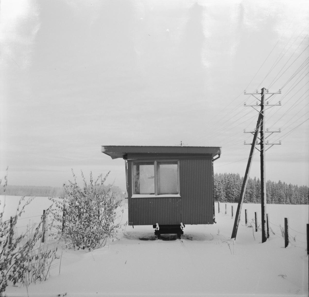 Den gamle Narvesenkiosken på Fetsund ble overtatt av museumsbanen Urskog-Hølandsbanen. Her mellomlagret på tralle på Fossum stasjon.