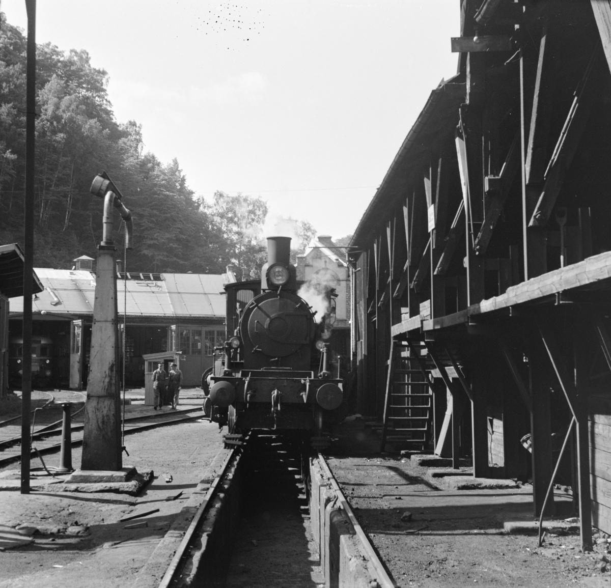 Damplok 21a 203 ved vannstenderen og kullingsanlegget i Arendal.