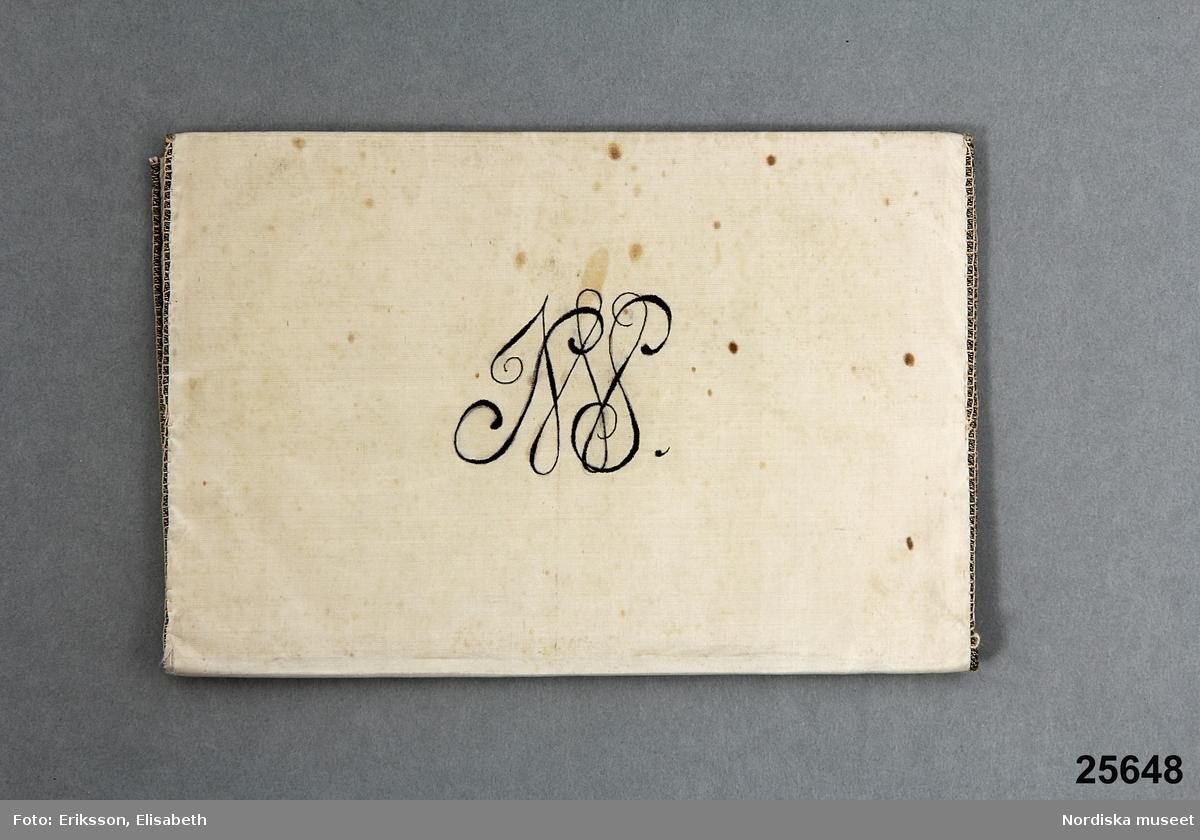 Sedel Trompe l'oiel-stilleben med sax, spelkort samt kort med text.