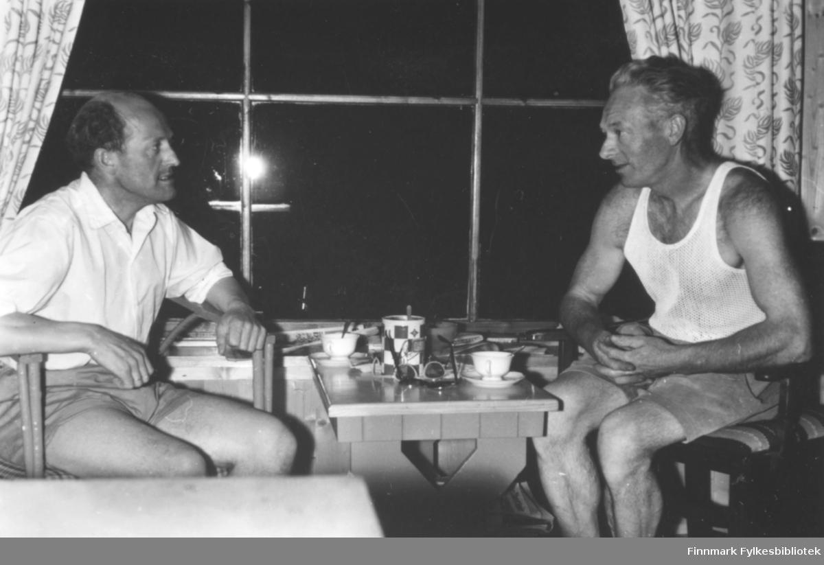 På hytta på Nesodden hos Ragnhild Ebeltofts tante Dagfryd Jørgensen i 1955. Her sitter Fritz Ebeltoft til venstre i samtale med Ragnhilds onkel Erling Jørgensen