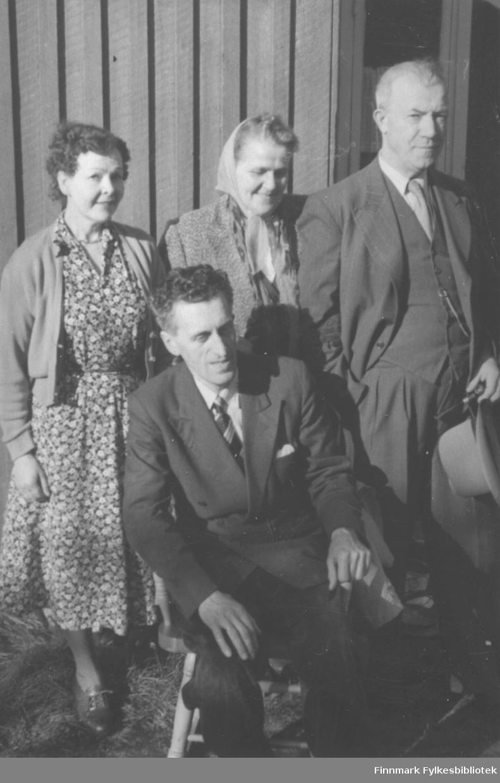 Gruppeportrett: Stående fra venstre: Hilma Edvardsen, Svanhild og Halfdan Kvam. Sittende foran: Edvardsen (ukjent fornavn) som drev fotoforretning i mange år på Kirkenes. Han var gift med Hilma, som var kusine til Svanhild Kvam