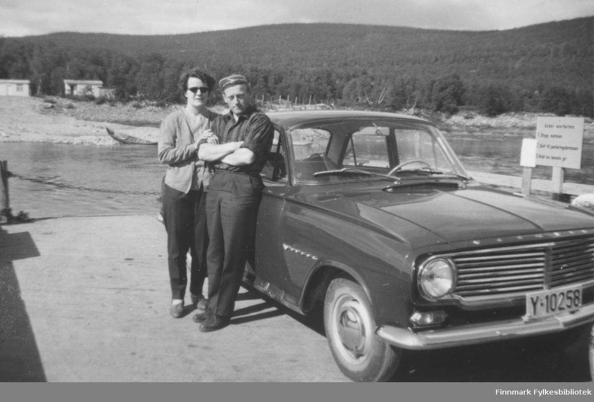 På ferga over Tanaelva ved Utsjok i 1963 - Ragnhild og Fritz Ebeltoft med ny bil kjøpt i 1962. Det var en Vauxhall FB årsmodell 1961-64 og den kostet kr. 18.600,- i innkjøp. Registerskilt er Y-10258.