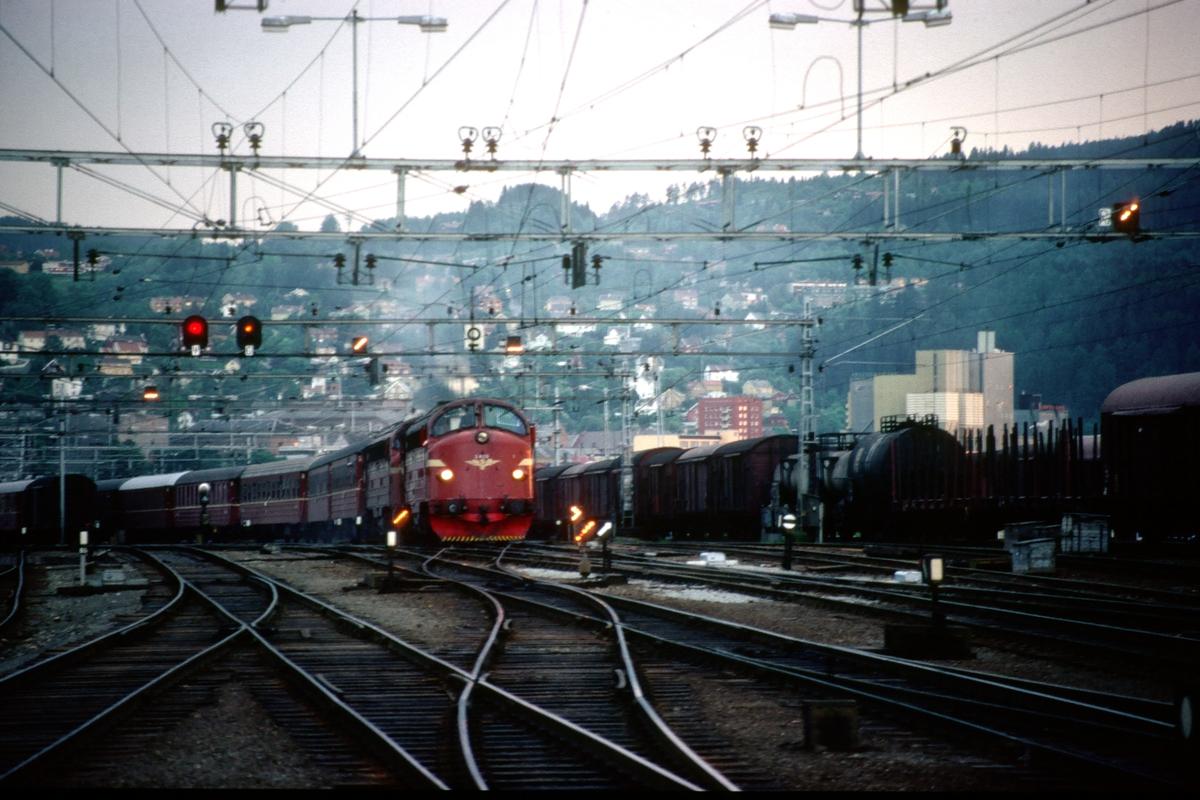 NSB nattog til Bodø (Hurtigtog 455) skiftes fram fra driftsbanegården i Trondheim.