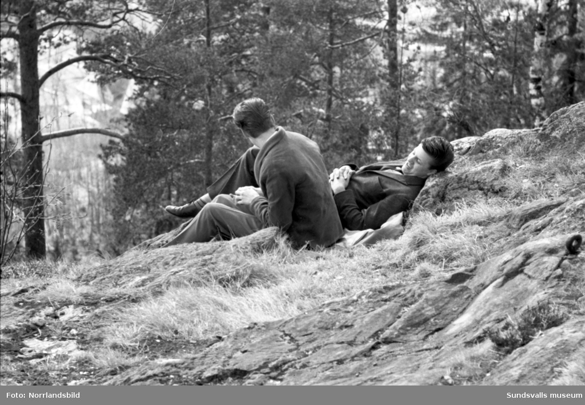 Vårsolsreportage. Bildserie med barn och vuxna som njuter av vårsol och barmark på Norra berget.