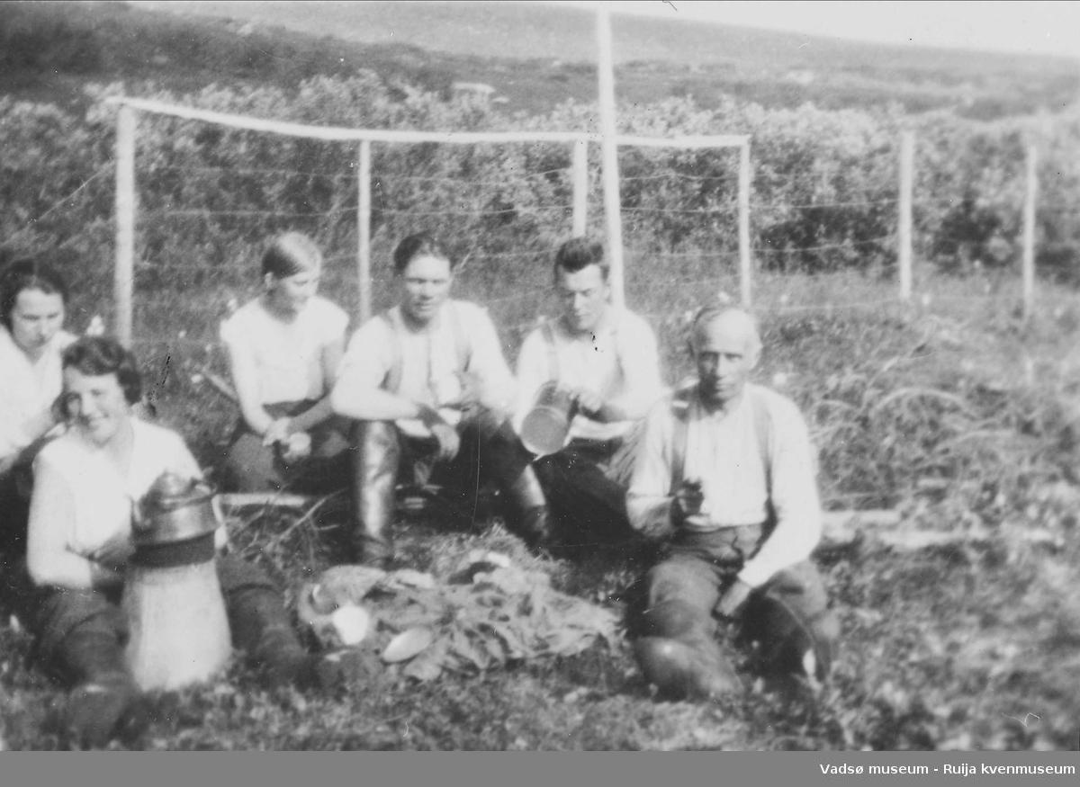 Pause i slåttearbeidet. Johanna, Seline og Aline Korvanen, Petter Aikio, Rikard Korbi og Jabbo ? i 1933