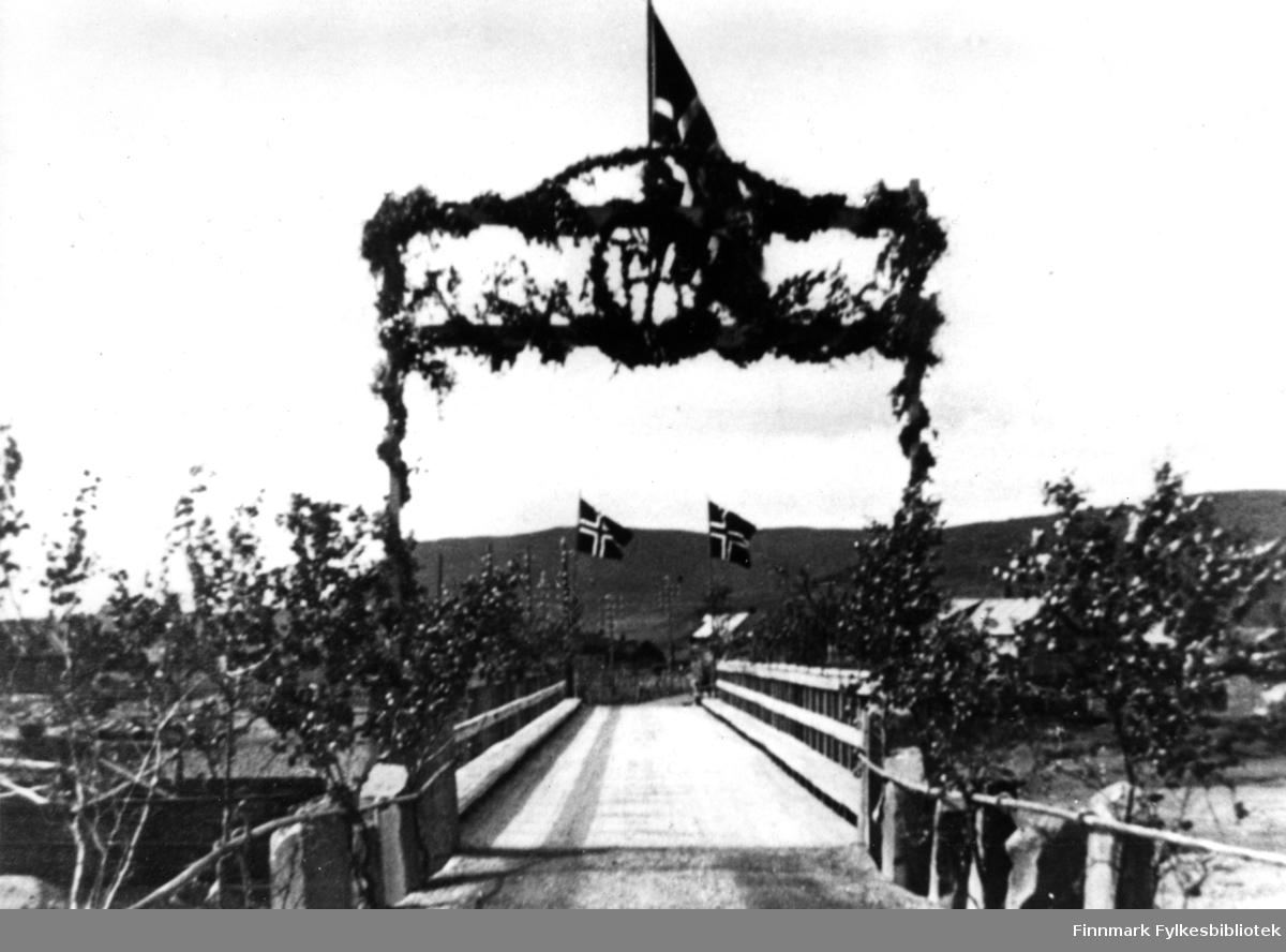 Vestre -Jakobselv bru pyntet i anledningen Kong Haakons besøk.