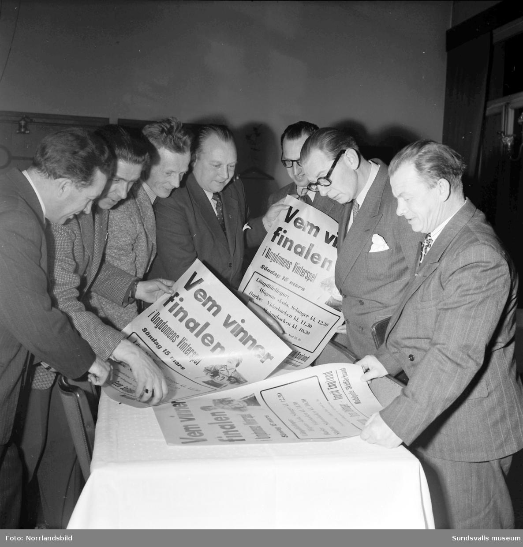 Medelpads skidförbunds representanter studerar löpsedlar inför finalen i Ungdomens vinterspel 1953.