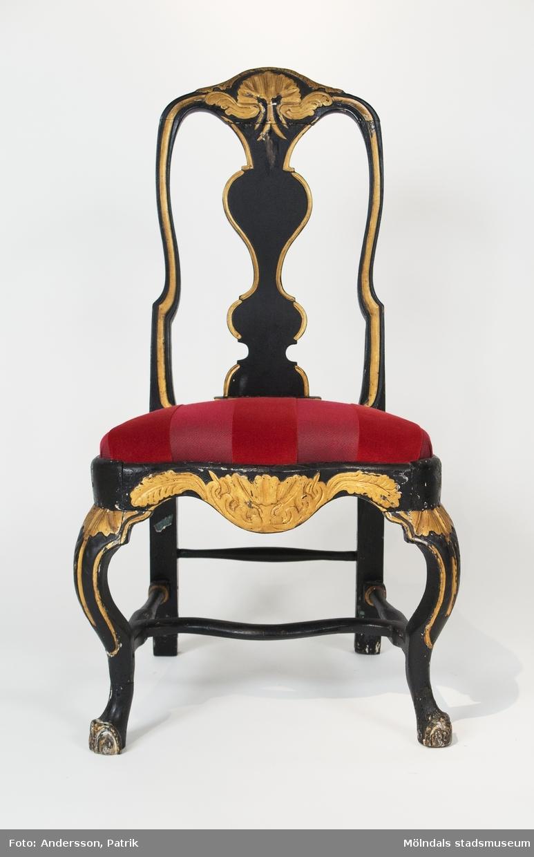 Stol tillverkad i Lindome, rokoko, ca 1760, svartmålad med gulddekor, omklädd 2012 med rött tyg.