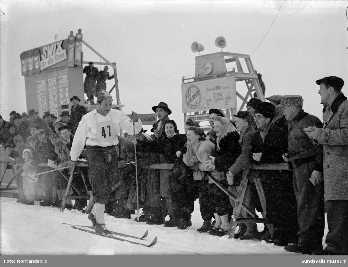 Midälvaspelen i Sundsvall med skidåkning, backhoppning, reklam i stadens skyltfönster samt tal och festligheter på torget.