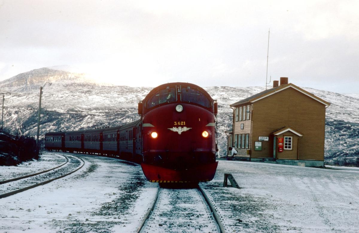Sørgående dagtog på Nordlandsbanen på Lønsdal stasjon med NSB dieselelektrisk lokomotiv Di 3 621.