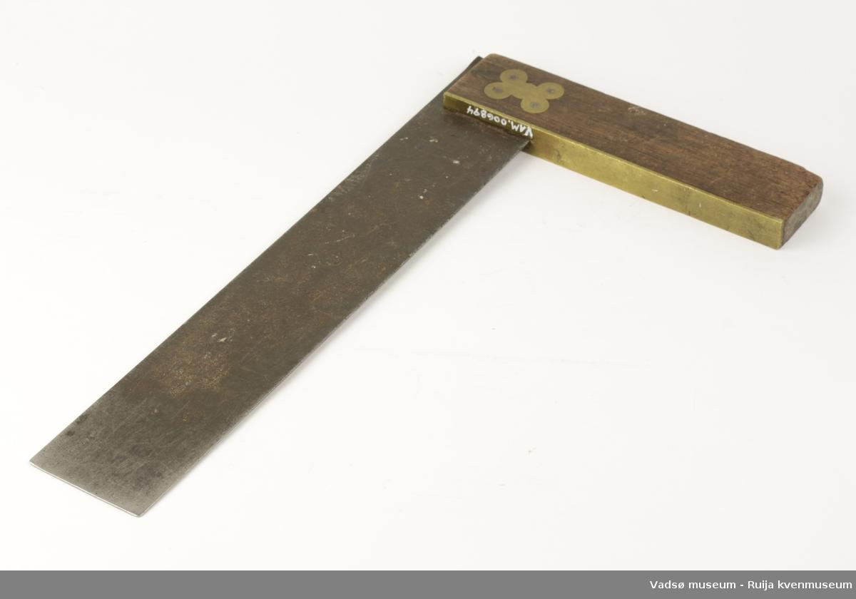 Vinkelhake av metall og tre. Måledelen av metall er merket i tommer.