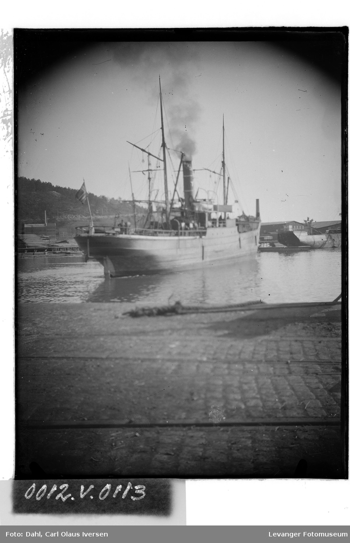 Dampbåt inne på havneområdet