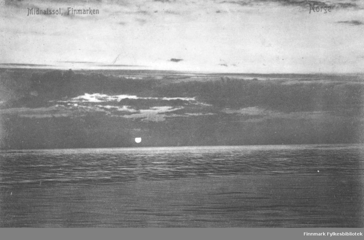 Postkort fra Finnmark. Bildet viser midnattsola som skinner over havet. Vannet ligger rolig. Himmelen har mørke skyer