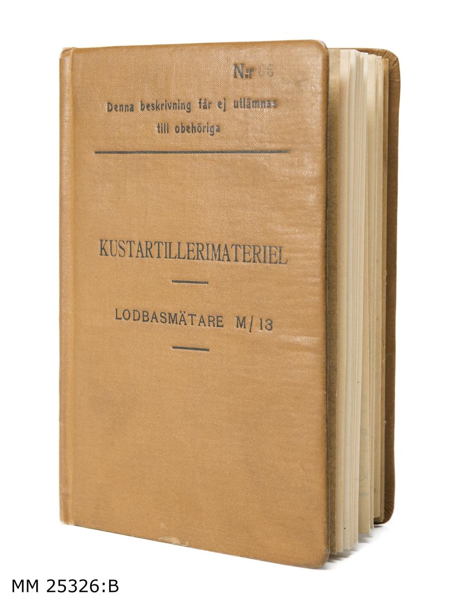 """Inbunden bok. Omslaget klätt med brun textil. Text överst på omslaget: """"N:r 68 Denna beskrivning får ej utlämnas till obehöriga"""". Text därunder: """"KUSTARTILLERIMATERIEL LODBASMÄTARE M/13"""".   I bokens första uppslag har någon antecknat med blyerts: """"21/4 Ander[oläsligt]"""".   Boken innehåller beskrivning av hur lodbasmätare m/13 används. Först i textform och i slutet med hjälp av ett antal utvikbara planscher."""