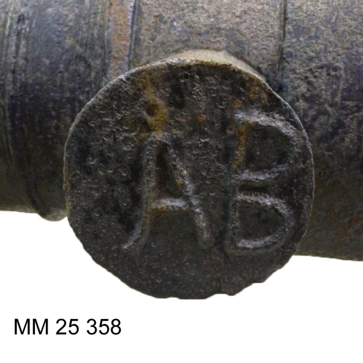 """Rostansatt eldrör. Tapparna placerade vid mitten av eldröret. Inskription på tapparna """"ÅB"""" samt """"W"""" i rundrelief. Fänghålet består av en upphöjd kvadrat vid bottensatsen på eldröret."""