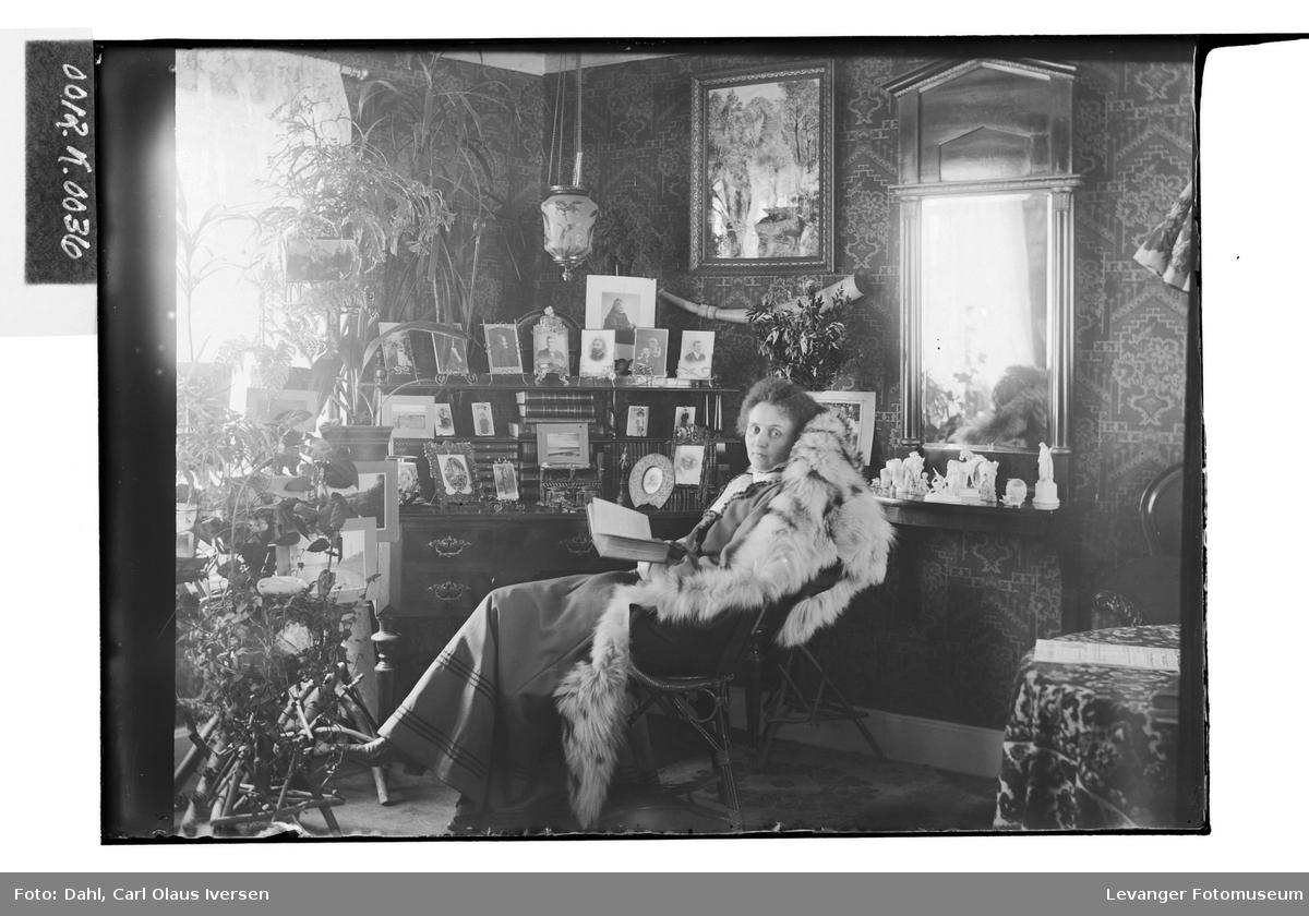 Mary Hutchinson i stuen hjemme i Drammen