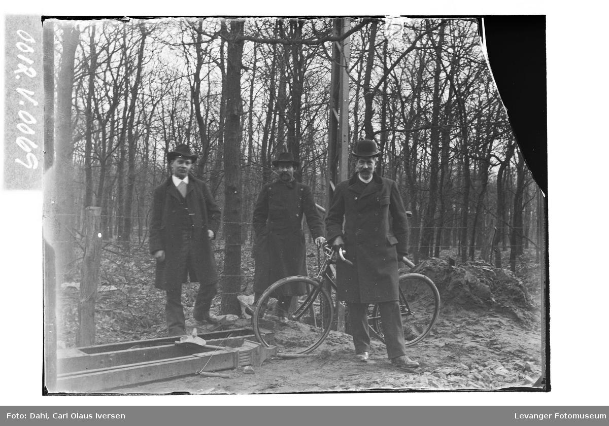 Carl Dahl und zwei Monteure in Erle, Deutchland.