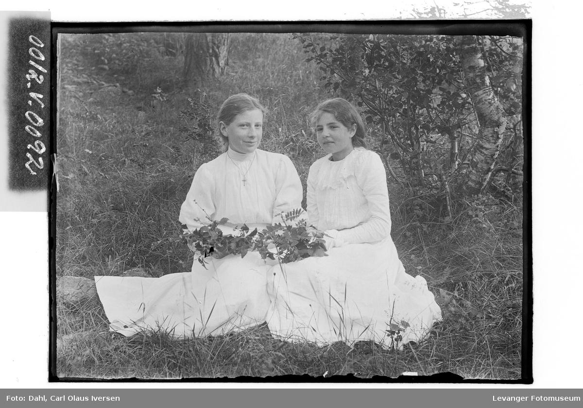 To unge jenter på tur