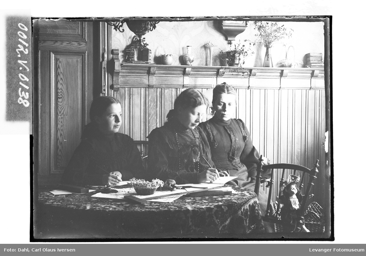 Lekselesing i Caroline Marie Dahls stue