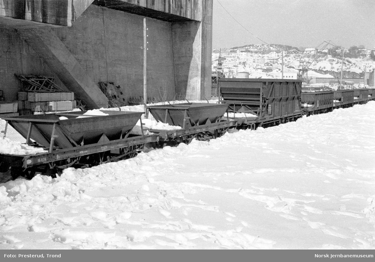 Hensatte grusvogner for vinteren med litra Ø2 (nr. 16836 fremst